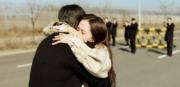 玄彬被送回朝鮮,孫藝珍趕往見「最後一面」,二人相擁道別。(tvN/Netflix劇照)