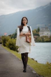 每集開場孫藝珍穿著的白色連身裙,是典型的韓國女性打扮。(tvN/Netflix劇照)