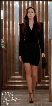孫藝珍出席家庭會議,獲父親通知準備接掌公司,身穿黑色套裝,大騷美腿,又不失霸氣。(tvN/Netflix劇照)