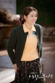 流落朝鮮後,孫藝珍造型變得樸素,雖然只是普通外套與花裙,但她可愛的髮飾,成為整個造型焦點。(tvN/Netflix劇照)