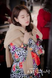 冷外套當成披肩配上花裙,造型優雅。(tvN/Netflix劇照)