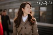 與玄彬一同前往平壤時,孫藝珍穿上的啡色格仔連身長裙,平凡中顯知性。(tvN/Netflix劇照)