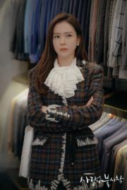 與玄彬逛百貨公司的孫藝珍,喱士襯衫配格仔外套,充滿時尚感。(tvN/Netflix劇照)