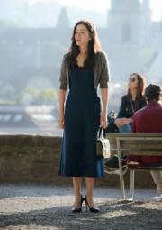 飛往瑞士等待玄彬出現時,寶藍色連身裙,展現優雅一面。(tvN/Netflix劇照)