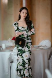 於瑞士出席音樂會一幕,孫藝珍的低胸晚裝,盡顯她美好身形。(tvN/Netflix劇照)