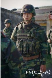 玄彬在劇中以全副武裝的軍人造型上陣,展現威武一面。(tvN/Netflix劇照)