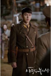 玄彬穿上深啡色軍服時,入型入格。(tvN/Netflix劇照)