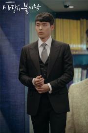 秘密前往韓國的玄彬,穿上名貴西裝,即時變身型男。(tvN/Netflix劇照)