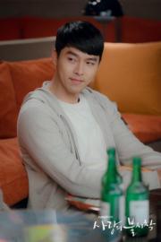 玄彬邊喝酒邊細聽孫藝珍說心事,展現暖男一面。(tvN/Netflix劇照)