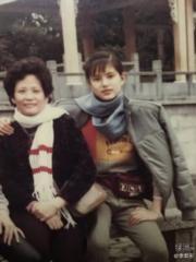 李若彤曬出和媽媽舊照,並表示媽媽也是默默關注她微博的粉絲之一。(微博圖片)