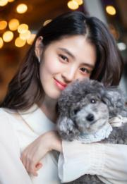 韓素希抱着小狗,展現可愛一面。(網上圖片)