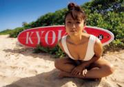 深田恭子的衝浪板寫有她的名字。(網上圖片)