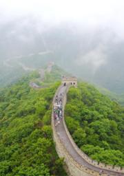 【世界文化遺產——中國】長城,圖為遊客在雨霧籠罩的慕田峪長城觀賞遊覽。(新華社)