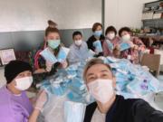 張衛健(左)聯同李彩華、趙雪英及胡渭康等,合力將口罩包裝好,直接送到多個慈善團體。(資料圖片)