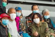 劉嘉玲走入社區,向長者派發口罩、生果等物資。(資料圖片)