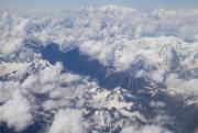 2017年7月15日,在西藏林芝飛往重慶時航班上拍攝的雪山和雲海,雪山雲海相伴,宛如畫卷。(新華社)