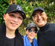 54歲的劉嘉玲和她的侄兒,以及影帝周潤發一齊行山。(Instagram圖片)
