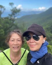 劉嘉玲相約母親一齊行山,強身之餘也享受母女樂。(Instagram圖片)