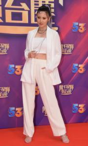 朱晨麗穿上中性白色套裝,只露出少許纖腰。(娛樂組攝)