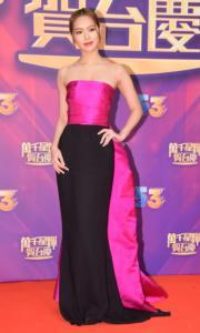 馮盈盈穿上桃紅配黑色的低胸tube dress,明顯較以往密實。(娛樂組攝)