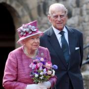 英女王伊利沙伯二世(左)與王夫菲臘親王(右)結婚逾70載。圖為英國王室2019年11月20日發放合照賀英女王結婚周年。(The Royal Family facebook圖片)