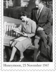1947年11月23日,英女王(時為伊利沙伯公主)與王夫度蜜月。(Royal Mail Instagram圖片)
