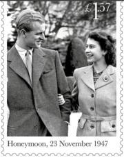 1947年11月23日,英女王(時為伊利沙伯公主)與王夫度蜜月時合照。(Royal Mail Instagram圖片)