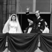 英女王伊利沙伯二世(左)與王夫菲臘親王(右)於1947年11月20日完婚。(The Royal Family facebook圖片)