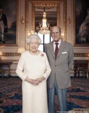 英女王伊利沙伯二世(左)與王夫愛丁堡公爵菲臘親王(右)(The Royal Family facebook圖片)