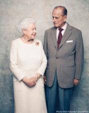2017年11月,英女王伊利沙伯二世(左)與王夫愛丁堡公爵菲臘親王(右)拍攝新合照,慶祝「白金婚」。(The Royal Family Twitter圖片)