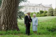 96歲的英國菲臘親王雖然卸下公職,日後仍有機會陪同英女王伊利沙伯二世出席活動。(The Royal Family twitter圖片)