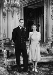 1947年7月,伊利沙伯公主(即現在的英女王)與未婚夫菲臘王子在白金漢宮合照,當日王室公布他們的婚訊。(法新社)