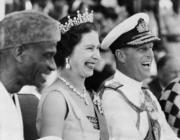 1961年12月,英女王伊利沙伯二世與王夫菲臘親王外訪。(法新社/STRINGER)