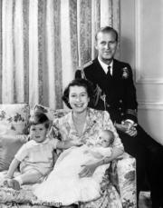 英女王伊利沙伯二世(右二)與王夫菲臘親王(右一)(The Royal Family facebook圖片)