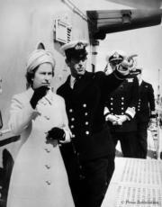 英女王伊利沙伯二世(左一)與王夫菲臘親王(左二)(The Royal Family facebook圖片)