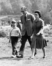 1968年4月,(右起)英女王伊利沙伯二世、王夫菲臘親王與安德魯王子(法新社/ CENTRAL PRESS/STRINGER )