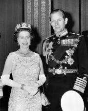 1972年11月3日,英女王伊利沙伯二世與王夫菲臘親王慶祝結婚25周年。(法新社/CENTRAL PRESS/STRINGER)