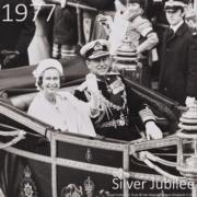 1977年,英女王與王夫菲臘親王慶祝結婚30周年。(The Royal Family YouTube短片截圖)