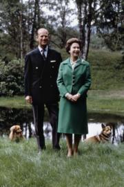 1979年11月20日,英女王伊利沙伯二世與王夫菲臘親王慶祝結婚32周年,攝於巴爾莫勒爾堡。(法新社/CENTRAL PRESS/STRINGER)