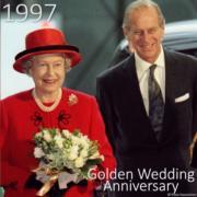 1997年11月,英女王與王夫菲臘親王慶祝結婚50周年。(The Royal Family YouTube短片截圖)