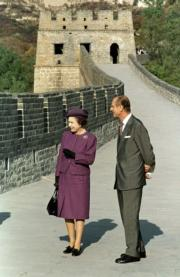 1986年,英女王伊利沙伯二世與王夫菲臘親王到訪北京長城。(法新社/ STRINGER)