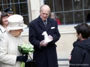 英女王(左)與菲臘親王(右)2017年2月一同出席活動。(The Royal Family facebook圖片)