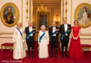 左起:王儲夫人卡米拉、王儲查理斯、英女王伊利沙伯二世、王夫愛丁堡公爵菲臘親王、威廉王子、劍橋公爵夫人凱特於2016年12月盛裝出席晚宴。(The Royal Family facebook圖片 Press Association)