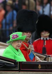2016年6月11日,英女王伊利沙伯二世(左)與王夫菲臘親王(右)乘坐馬車參與英女王生日巡遊。(法新社資料圖片)