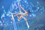 蔡嘉欣表演空中絲帶舞。(鍾偉茵攝)