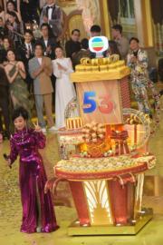 汪阿姐每年台慶也會在台慶蛋糕前拍照留念。(鍾偉茵攝)