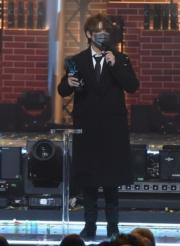 姜濤奪年度男歌手銀獎時表示:「香港樂壇加油!」(鍾偉茵攝)
