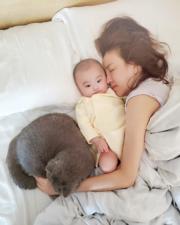 雨僑攬住囡囡同睡,母女情深。(Ig圖片)