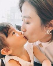 符曉薇和囡囡Abi溫馨咀嘴,母女情深。(Ig圖片)