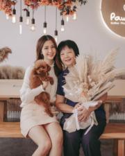陳曉華抱住愛犬和母親合照,陳媽媽還收到大束鮮花呢!(Ig圖片)